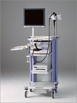 消化管内視鏡(胃カメラ)。小さな猫ちゃんから大きなワンちゃんまで対応できるよう、細いカメラから太いカメラまで合計7本、カメラを用意しています。NBIシステムという特殊な光により、一般的な胃カメラよりも胃がんや食道がんの早期発見にも役立ちます。異物の摘出や鼻の中の確認などにも使用します。